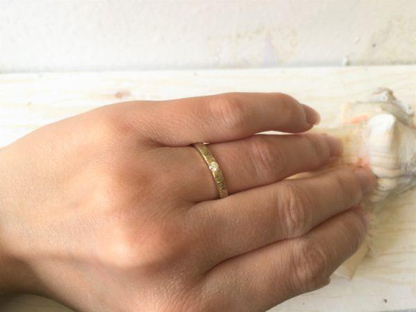 Verlobungsring mit Baumrindenoptik am Ringfinger, Modell Artemisia