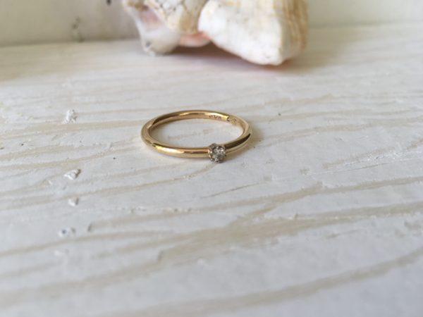 goldverlobungsring klassiker mit stein