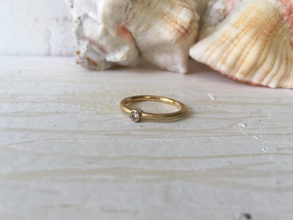 zweifarbiger Vintage Verlobungsring Eirene mit Stein