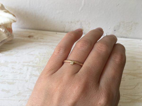 vorsteckring an der hand mit stein