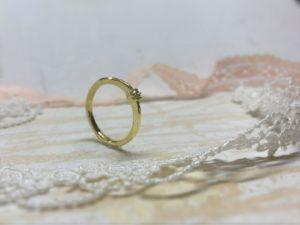 Seitenansicht des hohen Verlobungsringes Solea mit großem Stein