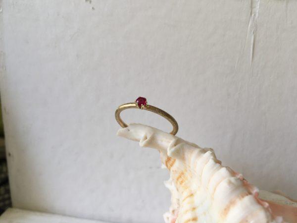roter stein als verlobungsring in kronenfassung