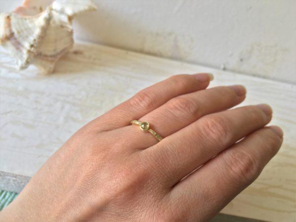 diamantring in gold und hammerschlag