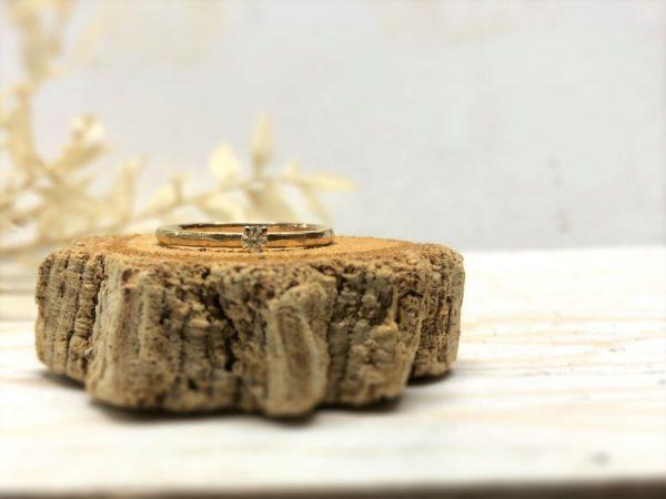 Gelbgoldverlobungsring mit Hammerschlag und Stein namens Jovana.