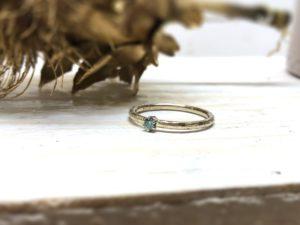 Weissgoldverlobungsring mit blauem Stein namens Marenia.