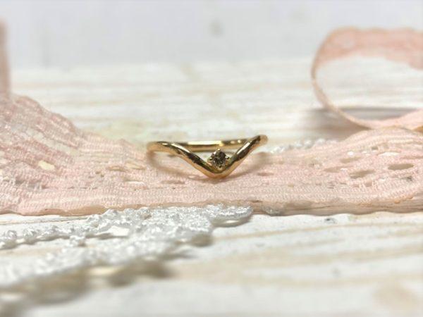 Verlobungsring mit Schwung und Diamant in Krallenfassung, Modell Rhini.