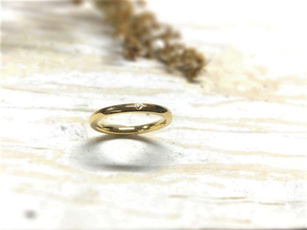 Verlobungsring mit eingeprägtem Herz aus Gold, Modell Amorinea.