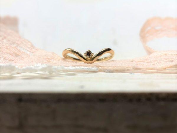 Der geschwungene Verlobungsring mit Stein namens Rhini.