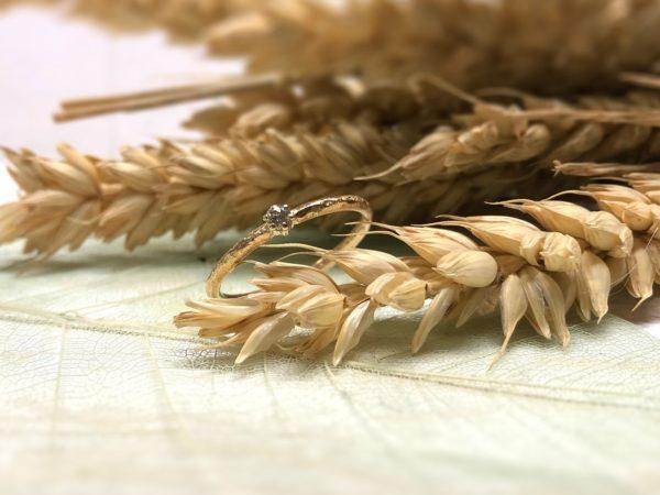 Verlobungsringmodell Nellia mit Muster, dekoriert auf Getreide.