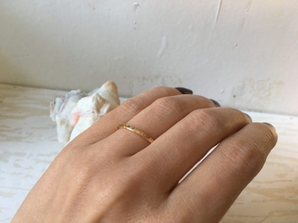 rose rotgoldring schmal poliert kerben hammerschlag