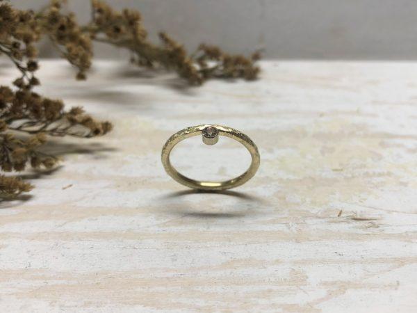 goldener Verlobungsring Beris mit Brillant und grober Struktur