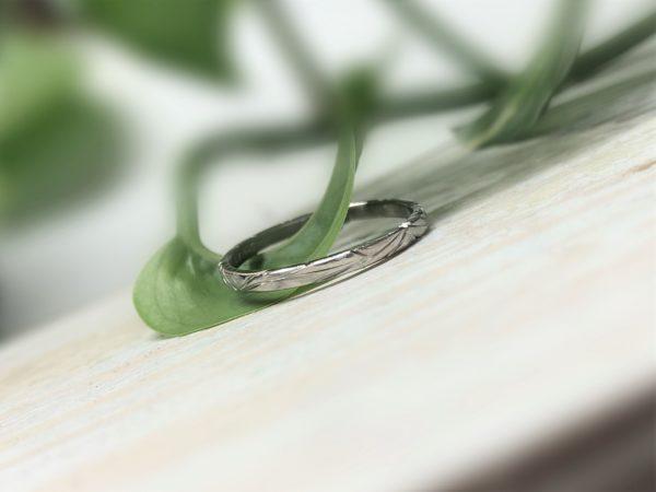 Floraler Verlobungsring mit Rindenoptik aus Weissgold oder Platin, Modell Calyp