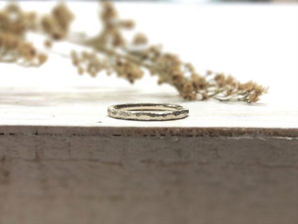 Weißer Ring mit rustikaler Struktur, Modell Amaltia