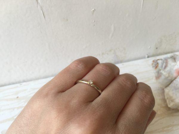 weisser verlobungsring mit weissem stein