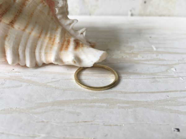 zarter tali kantig matt verlobungsring gold