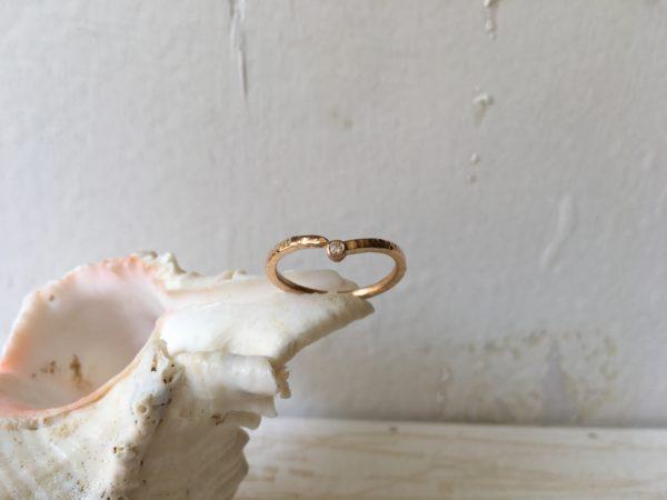 verschlungener verlobungsring mit stein rotgold