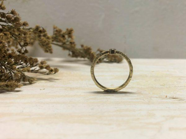 gehämmerter Verlobungsring Beris mit Diamant